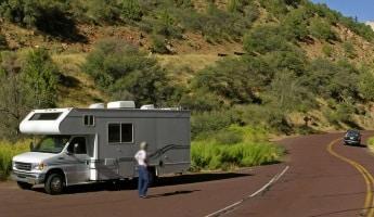 Ob mit Wohnwagen oder Wohnmobil: Ein Fahrtraining für Frauen kann bei einigen Anbietern speziell gebucht werden,