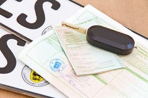 Bußgeld: Fehlen die Fahrzeugpapiere, kann das teuer werden.
