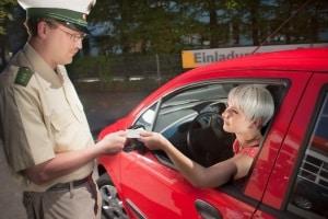 Polizeikontrolle mit Folgen? Oft können Sie mit einem Einspruch gegen ein Fahrverbot vorgehen.