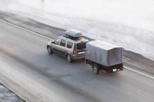 Die erlaubte Höchstgeschwindigkeit mit Anhänger liegt in der Regel unter der für PKW.