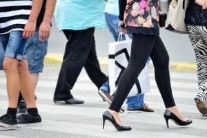 In einer Fußgängerzone haben Fußgänger immer Vorrang.