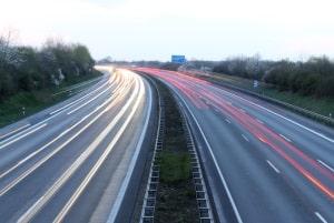 Die Höchstgeschwindigkeit auf Kraftfahrstraßen ist für PKW nur durch Verkehrszeichen begrenzt.