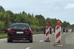Zum Beispiel kann eine Höchstgeschwindigkeit auf der Autobahn an einer Baustelle gelten.