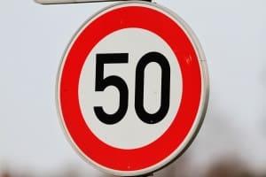 Höchstgeschwindigkeit innerhalb geschlossener Ortschaft: Diese liegt im Regelfall bei 50 km/h.