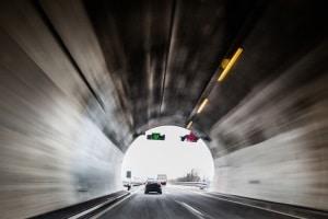 Auf der Autobahn kann eine Lichtzeichenanlage Verkehrszeichen anzeigen und so den Verkehr führen.