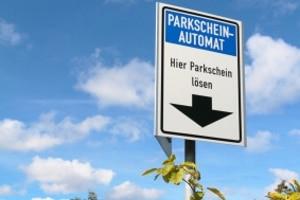 Auf einem gebührenpflichtigen Parkplatz benötigen Sie einen Parkschein.