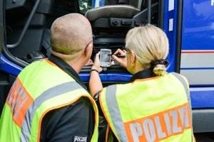 Ruhepausen für LKW-Fahrer werden durch die Polizei routinemäßig kontrolliert.