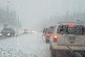 Der Sicherheitsabstand auf der Autobahn ist äußeren Umständen wie einer nassen Fahrbahn anzupassen.