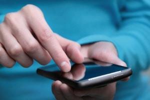Mit einem Smartphone können Sie in manchen Städten auch einen Online-Parkschein nutzen.