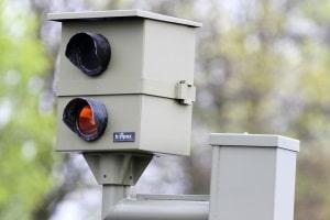 Die überschrittene Höchstgeschwindigkeit innerhalb geschlossener Ortschaften wird durch Blitzer festgehalten.