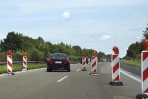 Eine verengte Fahrbahn verlangt besondere Aufmerksamkeit. Das Missachten bestimmten Regelungen kann zu Sanktionen führen.