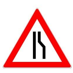 Das Verkehrszeichen 121 kündigt eine einseitige Fahrbahnverengung an.