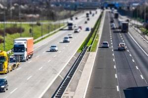 Eine Autobahn ist in der Regel laut Gesetz eine Fernstraße.