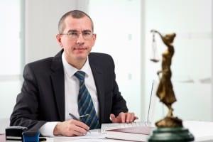 Einspruch gegen ein Bußgeld für eine Verkehrsordnungswidrigkeit kann auch ein Anwalt für Sie einlegen.