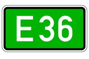 Gekennzeichnet wird eine Europastraße durch ein Verkehrszeichen: Eine weißes E und die Straßennummer befinden sich auf grünem Grund.