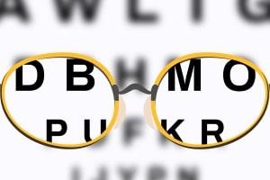 Fahren ohne Brille: Ohne die nötige Klarsicht gefährden Sie den Straßenverkehr.