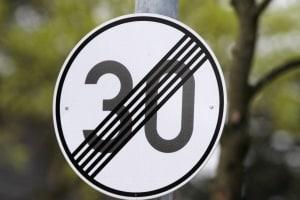 Durch ein Verkehrsschild kann eine Geschwindigkeitsbegrenzung aufgehoben werden.