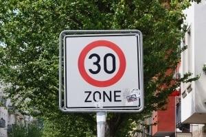 In ein Verbotszone muss ein Verkehrszeichen eine Geschwindigkeitsbegrenzung aufheben.
