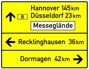 Schnellstraße Das Schild für Wegweiser unterscheidet sich nur in der Farbgebung von dem auf einer Autobahn.