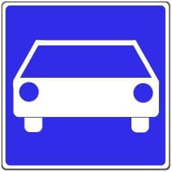 Eine Schnellstraße wird durch Verkehrszeichen 331.1 gekennzeichnet.
