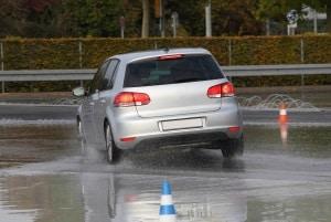 Der Ablauf beim Fahrsicherheitstraining wird durch Theorie und Praxis bestimmt.