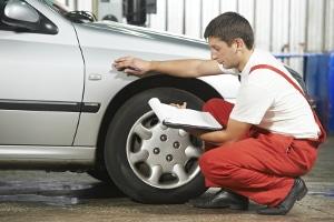 Hauptuntersuchung für Ihr Auto: Wenn Sie die TÜV-Plakette ablesen, erfahren Sie, wann diese fällig ist.