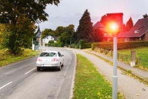 Erwischt Sie ein Blitzer auf der Landstraße, kann es teuer werden.