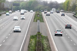 Geschwindigkeitsbegrenzung: Mit außerorts ist die Autobahn und die Landstraße gemeint.