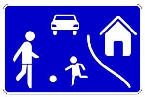 Geschwindigkeitsbegrenzung: Innerorts kann in Deutschland auch Schrittgeschwindigkeit gelten (z. B. Spielstraße).