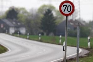 Oftmals zeigt ein Schild an, welche Höchstgeschwindigkeit außerhalb geschlossener Ortschaften einzuhalten ist.