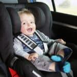 Kinder dürfen im LKW befördert werden, wenn die richtigen Sicherungsmaßnahmen vorhanden sind.
