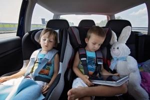 Für Kinder unter 12 gilt eine Kindersitz- und Anschnallpflicht.