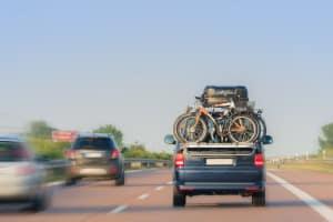 Ladungsverlust auf der Autobahn: Geht hier Ladung verloren, können die Konsequenzen besonders schwerwiegend sein.