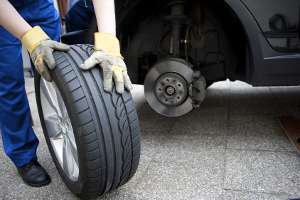 Mindestprofiltiefe: Reifen am Auto sollten laut Experten die minimale Profiltiefe überschreiten.