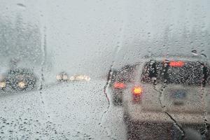 Reifen-Profiltiefe beim Auto: Damit die Haftung auch bei Regen optimal ist, brauchen Autoreifen eine gewisse Profiltiefe.