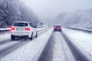 Profiltiefe von Autoreifen:  Im Winter sollte die Profiltiefe der Reifen mindestens 4 mm betragen.