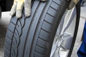 Reifen: Die Mindestprofiltiefe von Autoreifen ist gesetzlich vorschrieben - die Profiltiefe muss mindestens 1,6 mm betragen.