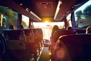 In einem Reisebus muss kein Kindersitz verwendet werden.