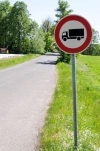 Über ein Verkehrszeichen wird das LKW-Durchfahrtsverbot in der Regel angezeigt.