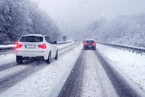 Winterreifenpflicht laut StVO: Winterreifen sind Pflicht in Deutschland, wenn Straßen mit Eis oder Schnee bedeckt sind.