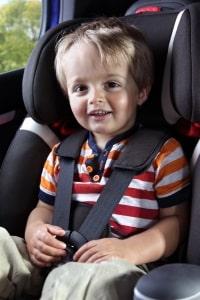 Die Babyschale muss ins Auto passen und für Ihr Kind geeignet sein.