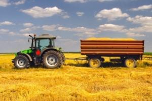 Landwirte, die auf einem Feldweg fahren, erwartet keine Strafe.