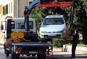 Feuerwehrzufahrt: Abschleppen kann eine Sanktion sein, wenn Autos widerrechtlich abgestellt sind.