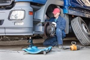 LKW-Reifen sollten in regelmäßigen Abständen überprüft werden.