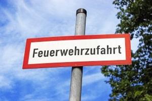 """Halteverbot oder Parkverbot:  """"Feuerwehrzufahrt"""" auf einem Verkehrszeichen bedeutet in der Regel beides."""
