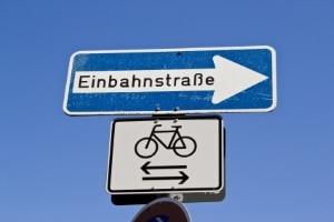 Rechts vor links: Auch aus der Einfahrt einer Einbahnstraße kann ein Fahrradfahrer auftauchen.