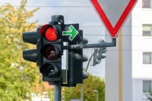 Die Rechts-vor-links-Regel gilt nur, wenn keine Schilder oder Ampeln die Vorfahrt regeln.