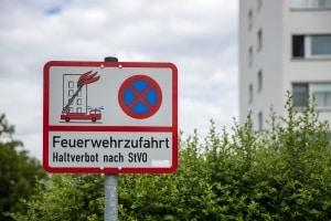 """Das Schild """"Feuerwehrzufahrt Halteverbot nach StVO"""" muss amtlich gekennzeichnet sein."""