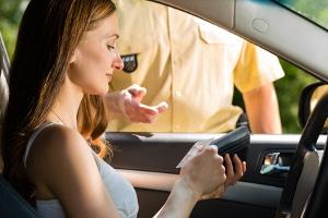 Strafe fürs Fahren ohne Kfz-Zulassung: Ist die Zulassung nicht vorzeigbar, kann ein Verwarngeld die Folge sein.