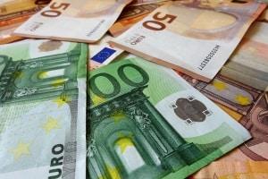 Überholen bei unklarer Verkehrslage kann mit bis zu 300 Euro geahndet werden.